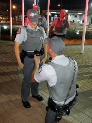 Policial simula acidente em Sumaré para pedir colega em casamento