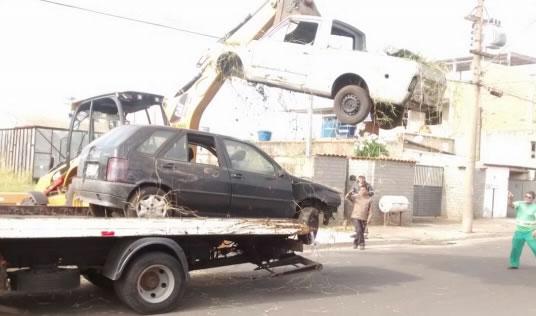Departamento de Trânsito recolhe veículo abandonado no Parque Salerno