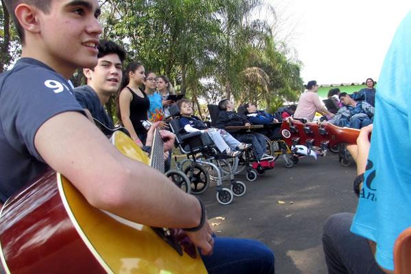 Apae recebe visita de estudantes  do projeto Educativa Solidária