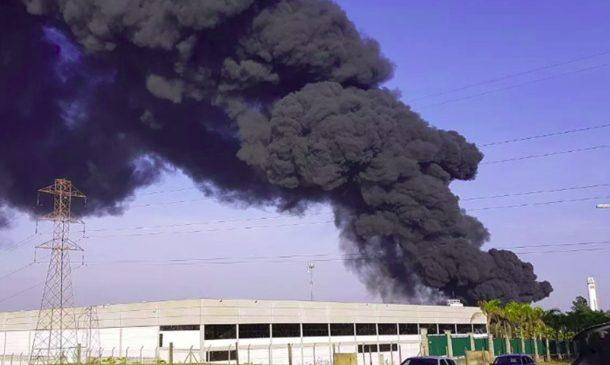Incêndio de grandes proporções atinge transportadora em Sumaré