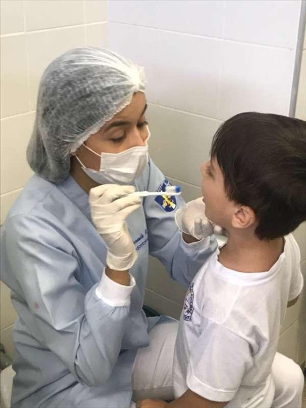 Alunos recebem orientações e avaliações de prevenção à saúde bucal