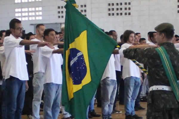 Jovens nascidos em 2000 participam de cerimônia de Juramento à Bandeira