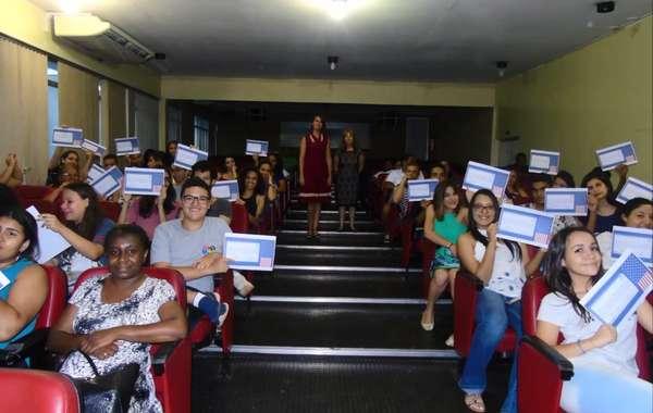 Alunos de Sumaré recebem certificados de conclusão de curso gratuito de inglês