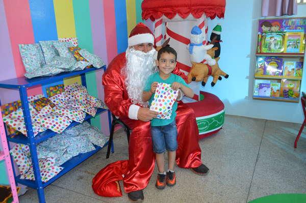 Papai Noel visita crianças atendidas em unidades de saúde do Centro